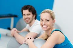 Das attraktive Paar, das pilates tut, trainiert in einer Turnhalle Stockfoto
