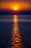 Das aufgehende Sonne über dem Meer Stockbild