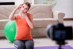 Das Aufnahmevideo der schwangeren Frau für Blog und vlog Stockbild