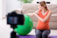 Das Aufnahmevideo der schwangeren Frau für Blog und vlog Lizenzfreie Stockfotos