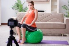 Das Aufnahmevideo der schwangeren Frau für Blog und vlog Lizenzfreies Stockbild