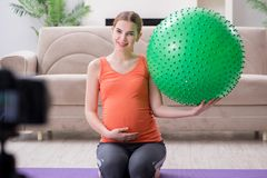 Das Aufnahmevideo der schwangeren Frau für Blog und vlog Stockbilder