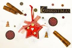 Das Aufschrift Weihnachten auf einem weißen Hintergrund wird durch festliches, Winterattribute umgeben Schön ausgebreitet auf ein stockbild