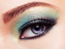 Das Auge der Frau mit grünem Make-up Lange Wimpern Lizenzfreies Stockfoto