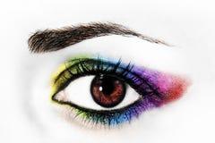 Das Auge der Frau mit Regenbogenmake-up Stockfotos