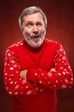 Das ausdrucksvolle Porträt auf rotem Hintergrund eines Poutermannes Stockbilder