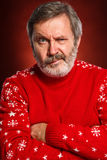 Das ausdrucksvolle Porträt auf rotem Hintergrund eines Poutermannes Stockfoto