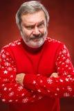 Das ausdrucksvolle Porträt auf rotem Hintergrund eines Poutermannes Lizenzfreie Stockbilder