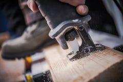 Das Austauschen sah Holzarbeit stockfoto