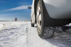 Das Auto auf der Snowy-Straße Stockfotografie