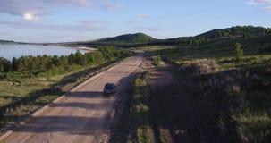 Das Auto bewegt sich entlang den See stock footage