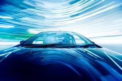 Das Auto bewegt sich mit großer Geschwindigkeit stockfoto