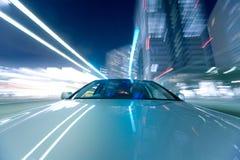 Das Auto bewegt sich mit großer Geschwindigkeit lizenzfreie stockbilder