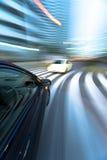 Das Auto bewegt sich mit großer Geschwindigkeit stockfotografie