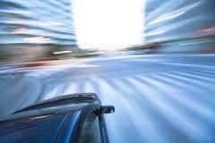 Das Auto bewegt sich mit großer Geschwindigkeit stockbilder