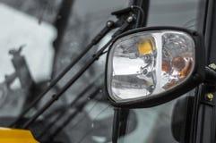 Das Auto in der Front mit Lichtern und Straßenbeleuchtung Stockfotografie