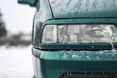Das Auto in der Front mit Lichtern und Straßenbeleuchtung Lizenzfreies Stockbild