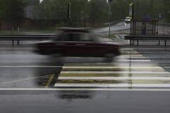 Das Auto an der hohen Geschwindigkeit führt Zebrastreifen lizenzfreie stockfotografie