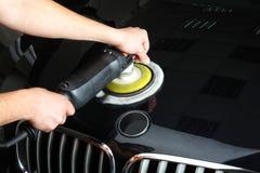 Das Auto hob auf den Aufzug und eine Schüssel für Schmierölwiedereinbau an Polnisch des Autos Lizenzfreie Stockfotos