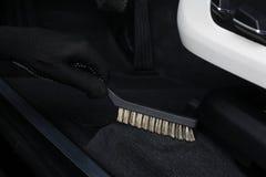 Das Auto hob auf den Aufzug und eine Schüssel für Schmierölwiedereinbau an Reinigung des Innenraums durch einen Schrubber Stockbilder