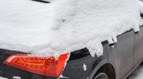 Das Auto im Schnee, bedeckt mit einer weißen Schneewehe Stockfoto