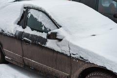 Das Auto im Schnee, bedeckt mit einer weißen Schneewehe Stockbild