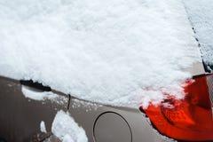 Das Auto im Schnee, bedeckt mit einer weißen Schneewehe lizenzfreies stockbild
