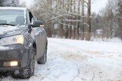 Das Auto ist auf der Straße in der Reise des Wald A zum Land grau Lizenzfreies Stockfoto