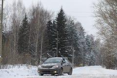 Das Auto ist auf der Straße in der Reise des Wald A zum Land grau Lizenzfreie Stockfotos