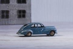Das Auto ist nahe dem Haus Modell der Autos 50-s Stockfotografie