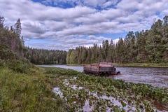 Das Auto läuft den Fluss durch Lizenzfreie Stockfotos