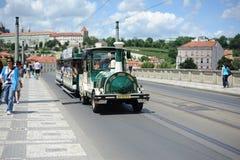 Das Auto mit Touristen geht auf die Brücke in Prag Lizenzfreie Stockbilder