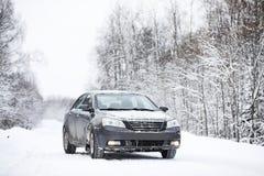 Das Auto steht auf einer schneebedeckten Straße Stockfotos