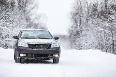 Das Auto steht auf einer schneebedeckten Straße Lizenzfreie Stockfotos