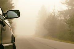Das Auto steht auseinander die Straße, gibt es einen natürlichen Nebel Straße geschluckt tont lizenzfreie stockfotos