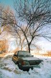 Das Auto unter einem Schnee Stockbild