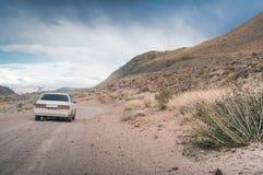 Das Auto verschiebt sich auf einer Schotterstraße Lizenzfreies Stockbild