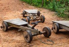 Das Auto, das vom Holz, Kind-` s hergestellt wird, spielt auf dem Berg stockfotografie