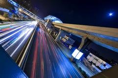 Das Auto von Nachtflüssen Lizenzfreie Stockfotografie
