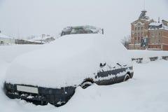 Das Auto wird mit Schnee bedeckt horizontal Lizenzfreies Stockfoto