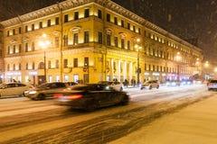 Das Autofahren auf schneebedecktes Nevsky prospektieren in der Nacht Lizenzfreie Stockfotografie