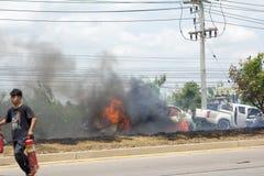 Das Autofeuer wegen der Gasexplosion Stockfotos