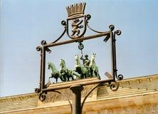 Das Bärn-Symbol von Berlin Frames das berühmte Brandenburger Tor in Berlin lizenzfreies stockbild