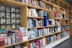 Das Bücherregal in einer Bibliothek am allgemeinen Bangkok, an der Konzeptbildung und an der Lesung lizenzfreie stockbilder