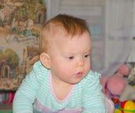 Das Baby auf der Bodennahaufnahme Stockfotos
