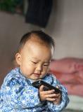 Das Baby, das dieses Mobiltelefon einen Telefonanruf 2 macht Lizenzfreie Stockfotos