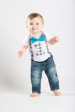 Das Baby, das mit steht, teilt das Lächeln aus Stockfotos