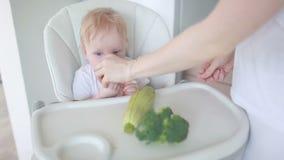 Das Baby isst Gemüse stock video