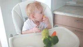 Das Baby isst Gemüse stock footage