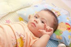 Das Baby ist, gestikulierend anstarrend und mit seinen Händen stockfotos